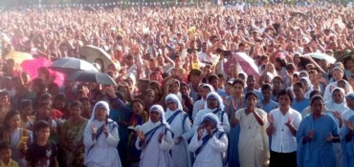 The-faithful-of-Agartala-Diocese-at-the-Eucharistic-Procession-370x290