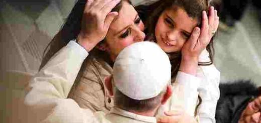 Pope_Francis_greets_pilgrims_during_his_general_audience_Jan_13_2016_Credit_Daniel_Ibaez_CNA